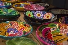 Ζωηρόχρωμα κεραμικά πιάτα με τα σχέδια λουλουδιών Στοκ Εικόνες