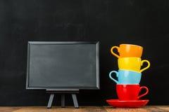 Ζωηρόχρωμα κεραμικά φλυτζάνια καφέ που συσσωρεύονται από κοινού Στοκ Φωτογραφία