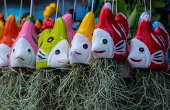 Ζωηρόχρωμα κεραμικά ψάρια για τη φύτευση των δέντρων γενειάδων ερημιτών Στοκ Εικόνες