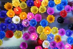 Ζωηρόχρωμα κεριά που επιπλέουν στο νερό στοκ φωτογραφία