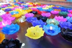 Ζωηρόχρωμα κεριά που επιπλέουν στο νερό στοκ φωτογραφία με δικαίωμα ελεύθερης χρήσης