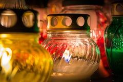 Ζωηρόχρωμα κεριά στο νεκροταφείο ενώ ημέρα όλων των Αγίων Στοκ Φωτογραφίες