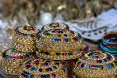 Ζωηρόχρωμα κιβώτια κοσμημάτων για την πώληση για τους τουρίστες στην ινδική αγορά οδών σε Rishikesh, Ινδία closeup στοκ φωτογραφία με δικαίωμα ελεύθερης χρήσης