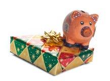 Ζωηρόχρωμα κιβώτια δώρων με τη piggy τράπεζα Στοκ Εικόνες