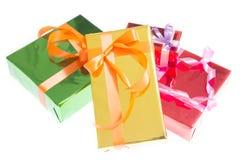 Ζωηρόχρωμα κιβώτια δώρων όμορφα Απομονωμένη άσπρη ανασκόπηση Στοκ Εικόνες