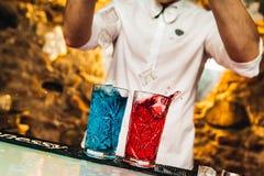 Ζωηρόχρωμα κοκτέιλ συμπαθητικά που εξυπηρετεί με το όμορφο bokeh Στοκ Εικόνες