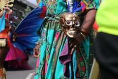 Ζωηρόχρωμα κοστούμι του Μεξικού και Dia de Los Muertos κρανίο στοκ εικόνα