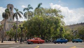 Ζωηρόχρωμα κουβανικά αυτοκίνητα Στοκ εικόνες με δικαίωμα ελεύθερης χρήσης