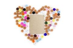 Ζωηρόχρωμα κουμπιά που θέτουν με τεθειμένο κέντρο καφετιού εγγράφου καρδιών το μορφή Στοκ Εικόνα