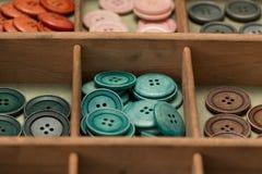Ζωηρόχρωμα κουμπιά σε ένα παράθυρο Στοκ Εικόνες