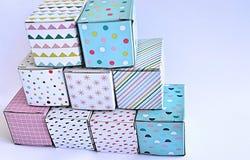 Ζωηρόχρωμα κουτιά από χαρτόνι στο άσπρο υπόβαθρο Στοκ Εικόνες