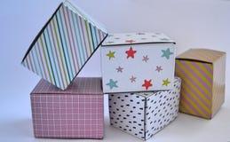 Ζωηρόχρωμα κουτιά από χαρτόνι στο άσπρο υπόβαθρο Στοκ Φωτογραφίες