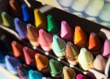 Ζωηρόχρωμα κραγιόνια που συσσωρεύονται τακτοποιημένα σε ένα κιβώτιο Στοκ Εικόνα