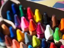 Ζωηρόχρωμα κραγιόνια που συσσωρεύονται τακτοποιημένα σε ένα κιβώτιο Στοκ Φωτογραφία
