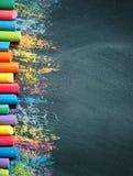 Ζωηρόχρωμα κραγιόνια στον πίνακα, σχεδιασμός πίσω σχολείο ανασκόπησης στοκ εικόνα