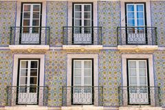 Ζωηρόχρωμα κτήρια, θερμοκήπια μπλε και στη Λισσαβώνα, Πορτογαλία Παλαιά δημοφιλής και διάσημη άποψη παραθύρων και μπαλκονιών στοκ εικόνες