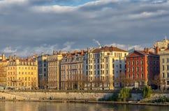 Ζωηρόχρωμα κτήρια κατά μήκος του ποταμού Saone στη Λυών, Γαλλία Στοκ Εικόνες