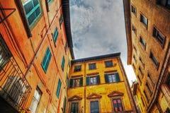 Ζωηρόχρωμα κτήρια στην Πίζα κάτω από έναν μπλε ουρανό Στοκ Φωτογραφία