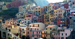 Ζωηρόχρωμα κτήρια Manarola στο ιταλικό Cinque Terre Στοκ Φωτογραφία