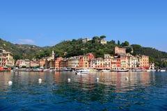 Ζωηρόχρωμα κτήρια Portofino Ιταλία που απεικονίζει στα νερά στο λιμάνι Στοκ εικόνες με δικαίωμα ελεύθερης χρήσης