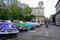 Ζωηρόχρωμα κλασικά αυτοκίνητα στην Κούβα Στοκ εικόνα με δικαίωμα ελεύθερης χρήσης