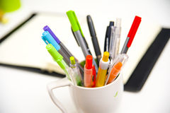 Ζωηρόχρωμα μάνδρες και σημειωματάριο στοιχείων γραφείων Στοκ φωτογραφίες με δικαίωμα ελεύθερης χρήσης