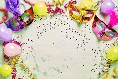 Ζωηρόχρωμα μάσκες καρναβαλιού και μπαλόνια κομμάτων Στοκ εικόνες με δικαίωμα ελεύθερης χρήσης