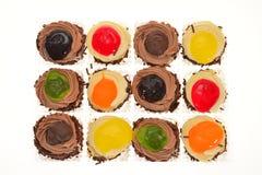 Ζωηρόχρωμα μίνι κέικ φλυτζανιών Στοκ Φωτογραφία
