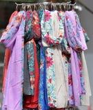 Ζωηρόχρωμα μαντίλι μεταξιού που κρεμούν σε έναν στάβλο αγοράς Στοκ εικόνα με δικαίωμα ελεύθερης χρήσης