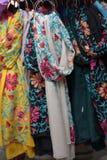 Ζωηρόχρωμα μαντίλι μεταξιού που κρεμούν σε έναν στάβλο αγοράς Στοκ Εικόνες