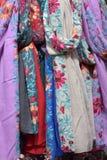 Ζωηρόχρωμα μαντίλι μεταξιού που κρεμούν σε έναν στάβλο αγοράς Στοκ φωτογραφία με δικαίωμα ελεύθερης χρήσης
