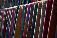 Ζωηρόχρωμα μαντίλι σε μια αγορά στην Ιταλία Στοκ εικόνα με δικαίωμα ελεύθερης χρήσης