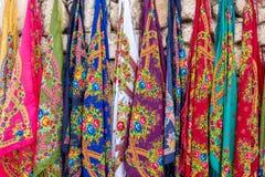 Ζωηρόχρωμα μαντίλι στην οδό bazaars γύρω από τις από την Ανατολία πόλεις στοκ εικόνα με δικαίωμα ελεύθερης χρήσης