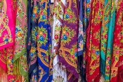 Ζωηρόχρωμα μαντίλι στην οδό bazaars στοκ εικόνες