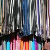 Ζωηρόχρωμα μαντίλι για την πώληση στην αγορά Στοκ εικόνα με δικαίωμα ελεύθερης χρήσης