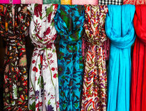 Ζωηρόχρωμα μαντίλι σε μια αγορά στην Ινδία Στοκ Εικόνες