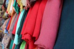Ζωηρόχρωμα μαντίλι στην αγορά της Ναζαρέτ Στοκ Εικόνες