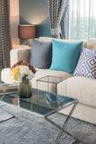 ζωηρόχρωμα μαξιλάρια στο σύγχρονο καναπέ στο σύγχρονο καθιστικό Στοκ φωτογραφία με δικαίωμα ελεύθερης χρήσης