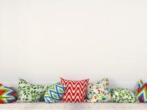 Ζωηρόχρωμα μαξιλάρια κοντά σε έναν άσπρο τοίχο στοκ φωτογραφία με δικαίωμα ελεύθερης χρήσης