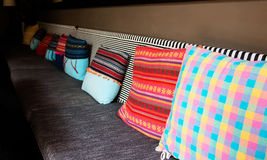 Ζωηρόχρωμα μαξιλάρια στον καναπέ Στοκ Εικόνες