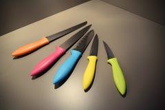 Ζωηρόχρωμα μαχαίρια κουζινών σύγχρονου σχεδίου Στοκ φωτογραφία με δικαίωμα ελεύθερης χρήσης