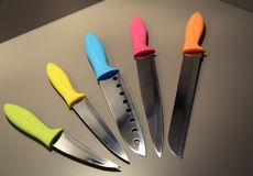 Ζωηρόχρωμα μαχαίρια κουζινών σύγχρονου σχεδίου Στοκ Φωτογραφίες
