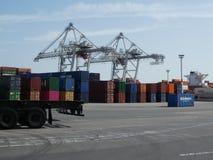 Ζωηρόχρωμα μεταφορικά κιβώτια που συσσωρεύονται και δύο γερανοί σε ένα τερματικό στο θαλάσσιο λιμένα της Χάβρης, Γαλλία στοκ φωτογραφία με δικαίωμα ελεύθερης χρήσης