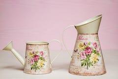 Ζωηρόχρωμα μεταλλικά δοχεία ποτίσματος με το σχέδιο λουλουδιών στοκ εικόνες
