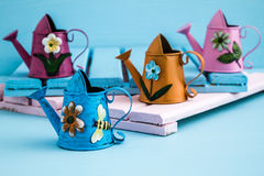 Ζωηρόχρωμα μεταλλικά δοχεία ποτίσματος με το Floral σχέδιο στοκ φωτογραφίες με δικαίωμα ελεύθερης χρήσης