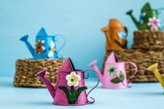 Ζωηρόχρωμα μεταλλικά δοχεία ποτίσματος με το Floral σχέδιο στοκ φωτογραφίες