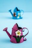 Ζωηρόχρωμα μεταλλικά δοχεία ποτίσματος με το Floral σχέδιο στοκ φωτογραφία με δικαίωμα ελεύθερης χρήσης