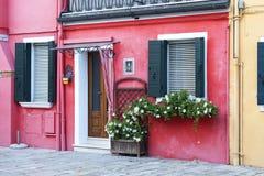 Ζωηρόχρωμα μικρά, λαμπρά χρωματισμένα σπίτια στο νησί Burano, Βενετία, Ιταλία Στοκ φωτογραφίες με δικαίωμα ελεύθερης χρήσης