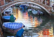 Ζωηρόχρωμα μικρά, λαμπρά χρωματισμένα σπίτια στο νησί Burano, Βενετία, Ιταλία Στοκ Φωτογραφία