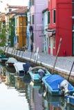 Ζωηρόχρωμα μικρά, λαμπρά χρωματισμένα σπίτια στο νησί Burano, Βενετία, Ιταλία Στοκ Εικόνα